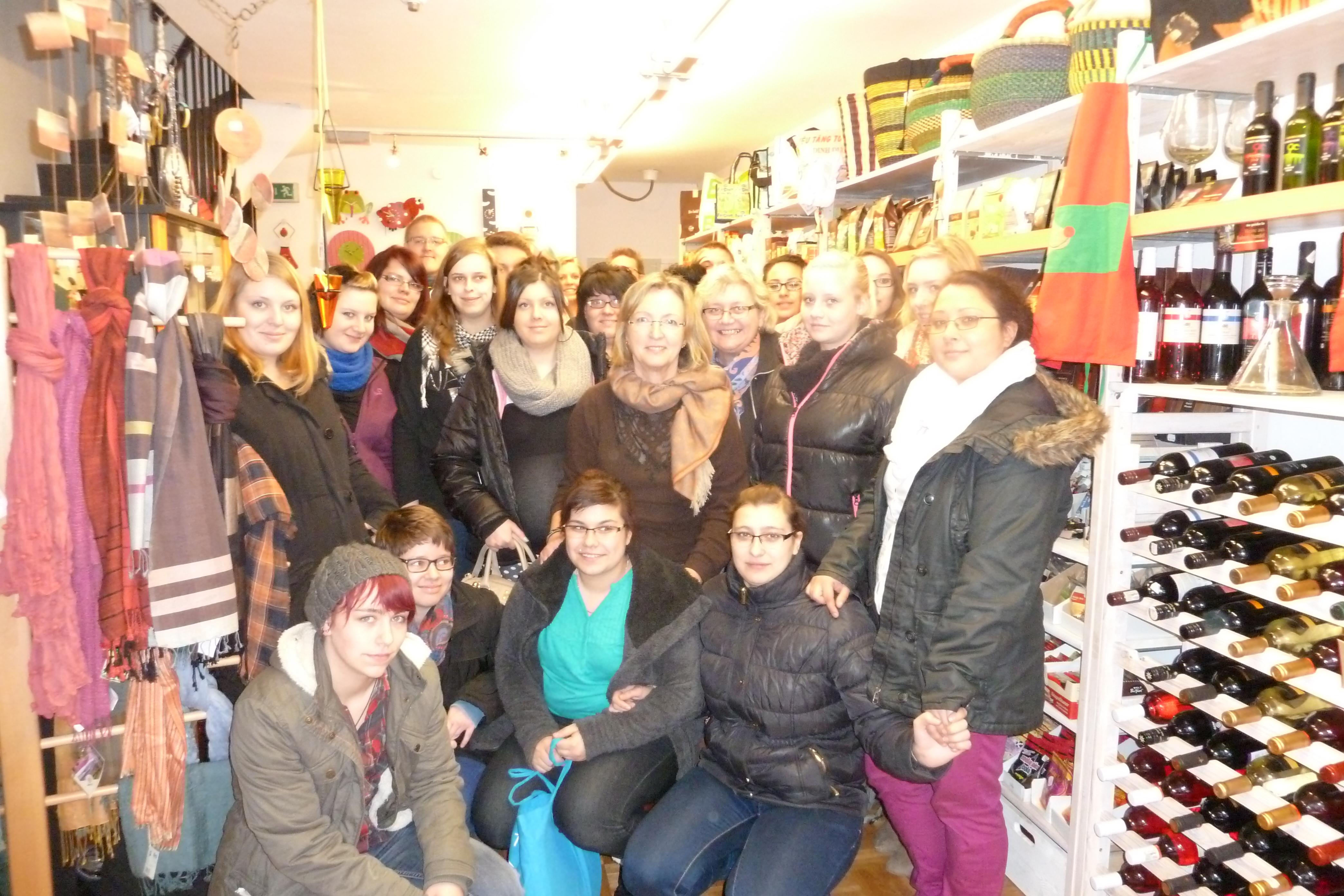 Schulklasse mit der Lehrerin Doris Stracke und Katharina Schulte-Repel vom Weltladen Lippstadt